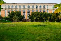 Césped herboso antes del hotel famoso por tarde soleada imágenes de archivo libres de regalías