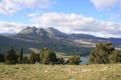 Césped, montajes y lago de la cumbre Imagen de archivo