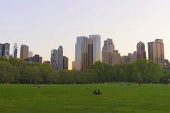 Césped verde y horizonte de Midtown Manhattan en el Central Park del sur fotos de archivo