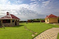 Césped y edificios verdes en el patio trasero Foto de archivo