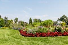 Césped y jardín enorme Manicured Foto de archivo libre de regalías