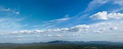 Céu acima das montanhas pequenas Imagens de Stock