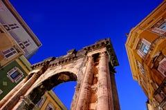 Céu acima do arco romano do Sergei nos Pula Foto de Stock Royalty Free
