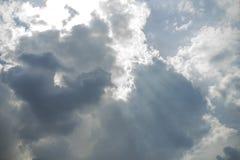 Céu agradável com feixe do sol com nebuloso Imagens de Stock