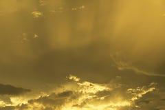 Céu alaranjado bonito no por do sol Fotos de Stock Royalty Free