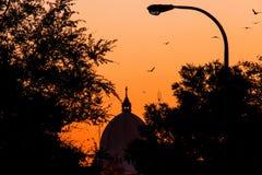 Céu alaranjado com por do sol morno Fotos de Stock Royalty Free