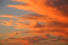 Céu alaranjado do por do sol sobre a costa de Califórnia Imagem de Stock Royalty Free