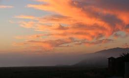 Céu alaranjado do por do sol sobre a costa de Califórnia Fotografia de Stock