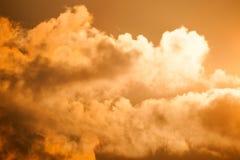 Céu alaranjado impetuoso do por do sol Imagem de Stock
