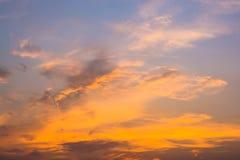 Céu alaranjado impetuoso do por do sol Céu bonito fotografia de stock royalty free
