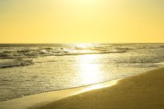 Céu amarelo do amarelo do oceano Imagem de Stock Royalty Free