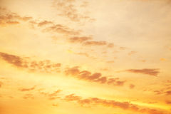 Céu amarelo quando o sol aumentar acima Fundo ou textura para Imagens de Stock Royalty Free
