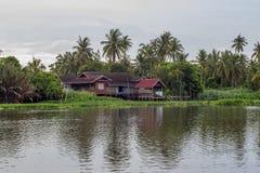 Céu após a chuva e o cenário do campo ao longo do riverMaenam Tha Chin de Tha Chin, Nakhon Pathom, Tailândia Fotografia de Stock Royalty Free