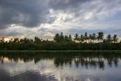 Céu após a chuva e o cenário do campo ao longo do riverMaenam Tha Chin de Tha Chin, Nakhon Pathom, Tailândia Imagem de Stock Royalty Free