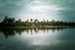 Céu após a chuva e o cenário do campo ao longo do riverMaenam Tha Chin de Tha Chin, Nakhon Pathom, Tailândia Imagem de Stock