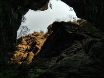 Céu através de uma rocha Imagem de Stock Royalty Free
