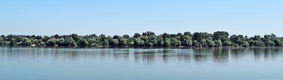 Céu azul, árvores verdes, rio azul imagens de stock