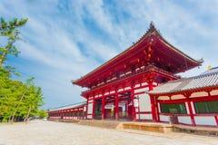 Céu azul angular H da porta vermelha do templo de Todai-Ji foto de stock