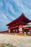 Céu azul angular V da porta vermelha do templo de Todai-Ji imagens de stock