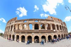 Céu azul atrás do anfiteatro antigo, Roma Fotos de Stock
