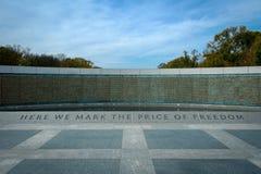 Céu azul atrás do monumento da segunda guerra mundial imagens de stock