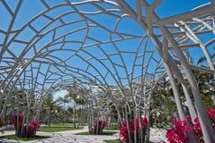 Céu azul através da escultura de florescência do metal Imagem de Stock Royalty Free