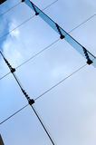 Céu azul através de um indicador imagem de stock royalty free