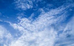 Céu azul bonito com as nuvens brancas pequenas imagens de stock