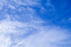 Céu azul bonito com as nuvens brancas pequenas foto de stock royalty free