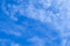 Céu azul bonito com as nuvens brancas pequenas imagens de stock royalty free