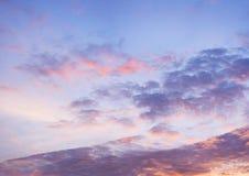 Céu azul bonito com fundo da formação da nuvem fotografia de stock royalty free