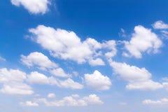Céu azul bonito com nuvens imagem de stock royalty free