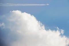 Céu azul bonito com nuvens brancas Foto de Stock