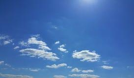 Céu azul bonito com nuvens e sol Fotos de Stock Royalty Free