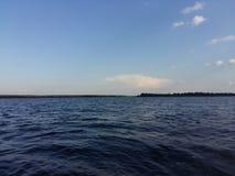 Céu azul bonito com sol e luz do sol durante agradável imagem de stock royalty free