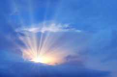 Céu azul bonito com sol e nuvens Imagem de Stock Royalty Free