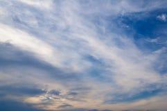 Céu azul bonito com velo das nuvens abstraia o fundo Fotos de Stock