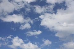 Céu azul bonito e nuvens brancas Imagens de Stock