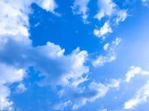 Céu azul bonito e nuvens brancas com brilho do sol imagens de stock royalty free