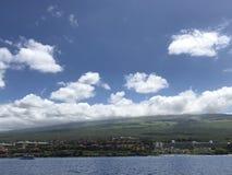Céu azul bonito e nuvens brancas em Maui! imagem de stock royalty free