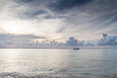 Céu azul bonito no mar Fotografia de Stock