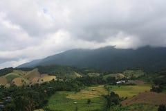 Céu azul bonito, nuvens brancas e montanhas Foto de Stock Royalty Free