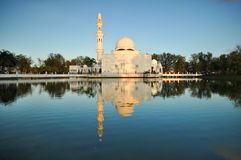 Céu azul bonito sobre a mesquita de flutuação branca Fotos de Stock