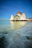 Céu azul bonito sobre a mesquita dos passos de Malacca Imagens de Stock