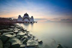 Céu azul bonito sobre a mesquita dos passos de Malacca Foto de Stock Royalty Free