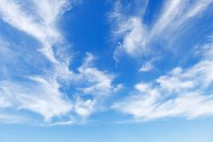 Céu azul bonito sobre o mar com translúcido, branco, nuvens de cirro foto de stock royalty free