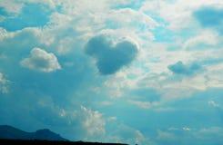 Céu azul bonito Uma nuvem Heart-shaped imagem de stock