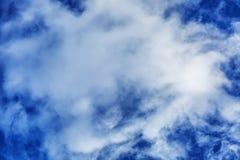 Céu azul brilhante com nuvem grande foto de stock