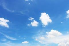 Céu azul brilhante com nuvens brancas fotografia de stock royalty free