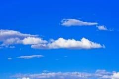 Céu azul brilhante do verão imagens de stock